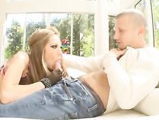 Гламурная порно актриса Jenna Haze делает мужчине сладкий минет