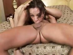 Сексуальная девчонка Amber Rayne делает очень глубокий минет