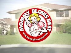 Коротко стриженная блондинка Joslyn James дрочит и делает минет
