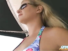 Блондинка в солнцезащитных очках делает мужчине минет на яхте