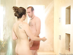 Сексуальная массажистка сделала мужчине минет в душе и ванне