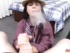 Девушка в шляпе Holly West курит и рукой выдрачивает всю сперму