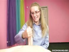 Женщина в очках подошла к пареньку и выдрочила из члена сперму