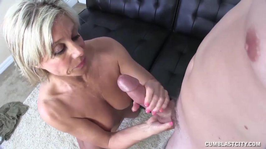 Зрелая француженка дрочит пареньку дамочки