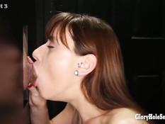 Просунутые в дырки члены заливают спермой девку Audrey Holiday