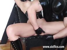 Связанная блондинка в корсете мощно сквиртует во время фистинга