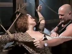 Господин отхлестал и отъебал привязанную кудрявую секс рабыню