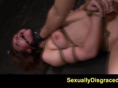 Секс рабыню в противогазе Callie Calypso оттрахали секс машиной