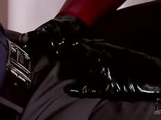 Секс рабыни в латексных комбинезонах исполняют приказы хозяина