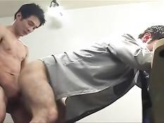 Японский гей в офисе трахает друга в очко бананом и своим членом