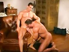 Обнажённые геи бодибилдеры целуются и трахаются после отсоса