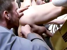 Мужик пришёл в мастерскую и занялся сексом с геем автомехаником