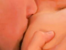 Юные геи целуются, отсасывают и трахаются в задницу на кровати