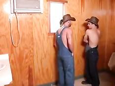 Гомосексуальные фермеры отсасывают члены и трахаются в туалете