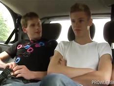 Трое молодых геев отсасывали в машине и занимались сексом дома