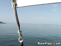Двое гомосексуальных любовников занялись сексом на яхте в море