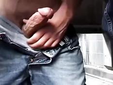Голубые познакомились в туалете и занялись сексом в позе раком
