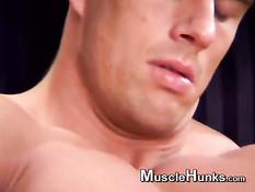 Мускулистый молодой гей раздевается догола и дрочит свой пенис
