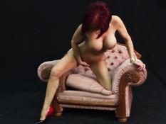Рыжая зрелая женщина снимает белое платье и мастурбирует киску
