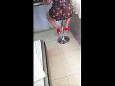 Мужчина снимает на телефон секс с горячей латинской любовницей