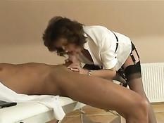 Сексуальная мамочка Lady Sonia дрочит член молодому бойфренду
