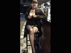Бесстыжая дамочка в очках ласкает сиськи и бритую киску в пабе