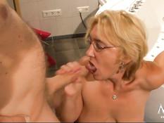 Пожилая немецкая блондинка в ванной занимается сексом с мужиком