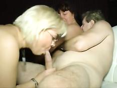 Немецкие дамочки любительницы свинга вдвоём затрахали мужчину