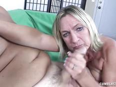 Опытная мамочка отсасывает и дрочит пенис молодому любовнику