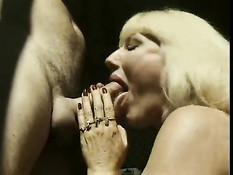 Старая блондинка Greta Carlson сосёт и ебётся с мужиком в ванной