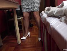 Опытная зрелая брюнетка на кровати подрочила член двумя ногами
