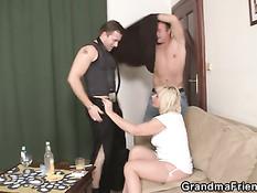 Пожилая блондинка вызвала двух парней и занялась с ними сексом