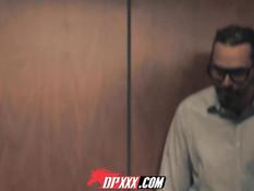 Мужики в застрявшем лифте ебут грудастую девку Valentina Nappi