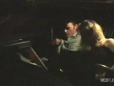 Блондинка из ретро порно сосёт и трахается с мужиком в его машине