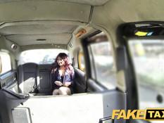 Водитель такси отодрал и обкончал пассажирку на заднем сиденье