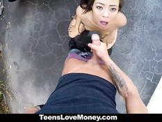 Молодая шалава Adrian Maya отсасывает и трахается на мотоцикле