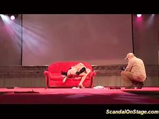 Блондинки стриптизёрши раздеваются и ебутся на сцене секс шоу