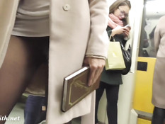 Русская девчонка постоянно ездит в метро в колготках без трусиков