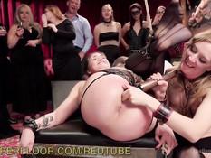 Двух связанных молодых секс рабынь порют и трахают на публике