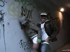 Парень трахает развратную чешскую девушку на городских улицах