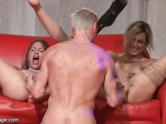 Девчонки во время представления под музыку занимаются сексом