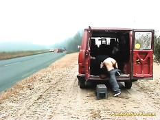 Шофёр отодрал молодую брюнетку на обочине возле микроавтобуса