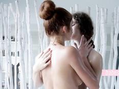 Молодые лесбиянки утром принимают ванну и занимаются любовью