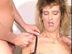 Немецкая блондинка ебётся с двумя мужиками в ретро порно клипе