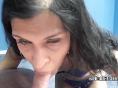 Брюнетка Naomi Shah встаёт перед парнем на колени и делает минет