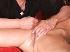 Мужик смазывает маслом киску женщины и ласкает клитор руками