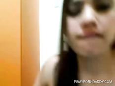 Азиатская девка под музыку раздевается в эротическом видеочате