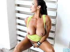 Женщина-бодибилдер Denise Masino показала свою большую грудь