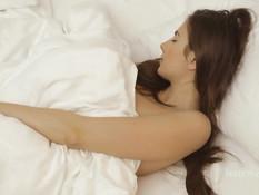Едва проснувшись грудастая Connie Carter мастурбирует в постели