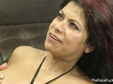 Латинская женщина Gabby Quinteros получает порцию спермы в рот
